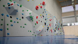 Boulderwand in Turnhalle