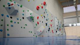 Boulderwand in Turnhalle