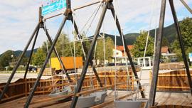 Schiffschaukel mit 3 Gondeln auf Kiesplatz