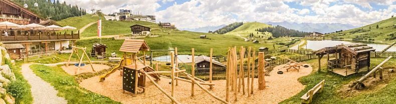 Spielplatz mit Spielhaus und Kletterwald